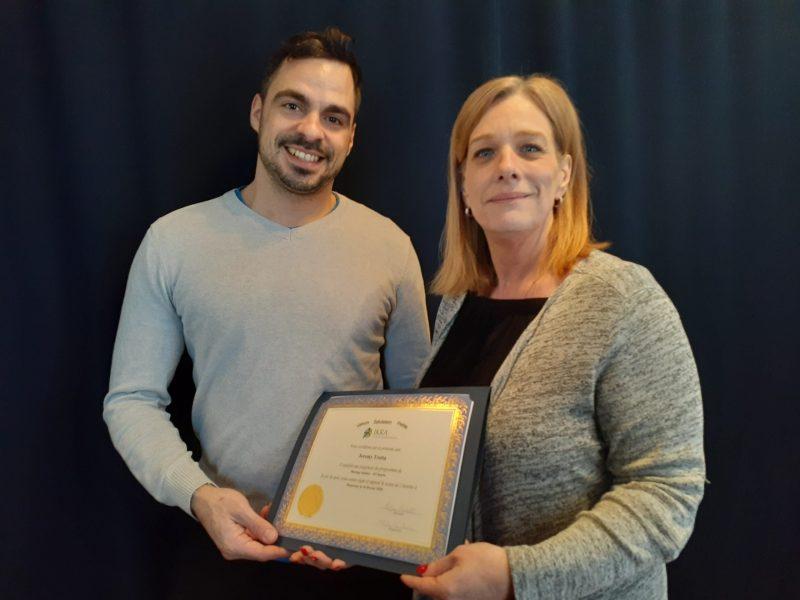 Jeremy Trotta, reçoit un diplôme, ikra academy of massage therapy