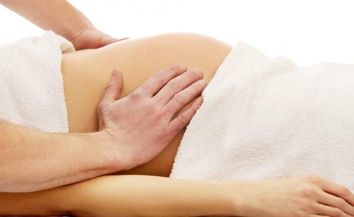 Une femme enceinte reçoit un massage