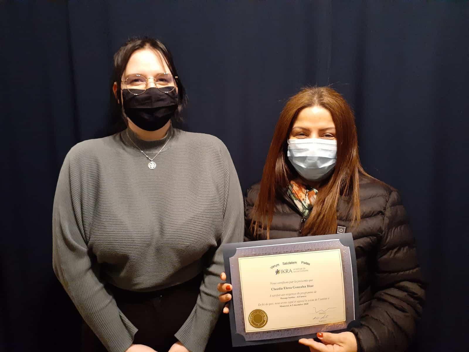 Claudia Elena Gonzales Diaz reçoit son diplôme de l'académie de massothérapie IKRA.