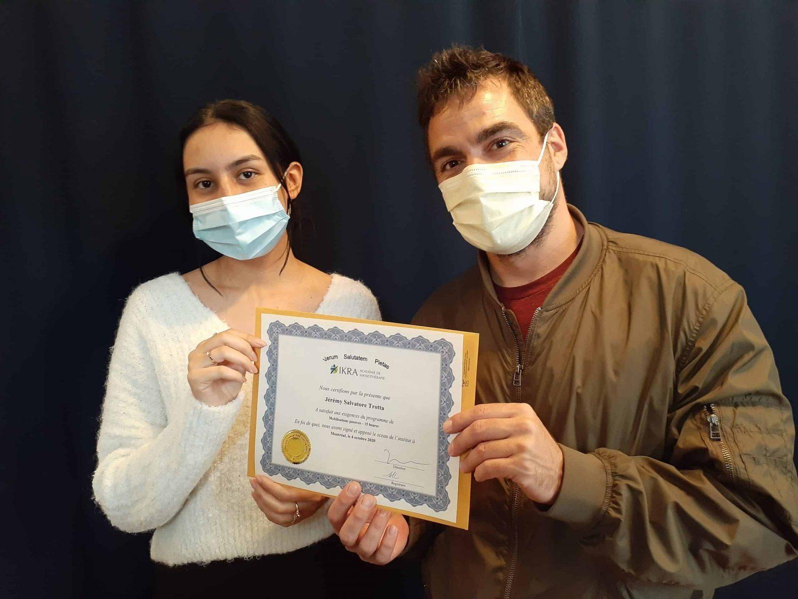 Jérémy Trotta reçoit son diplôme de l'académie de massothérapie IKRA