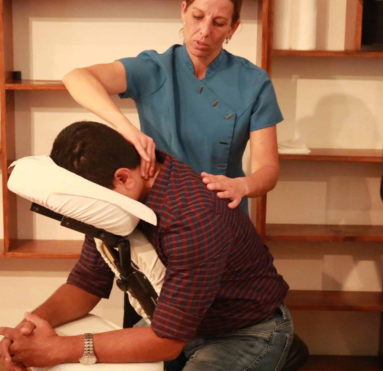 Massothérapeute donnant un massage sur chaise
