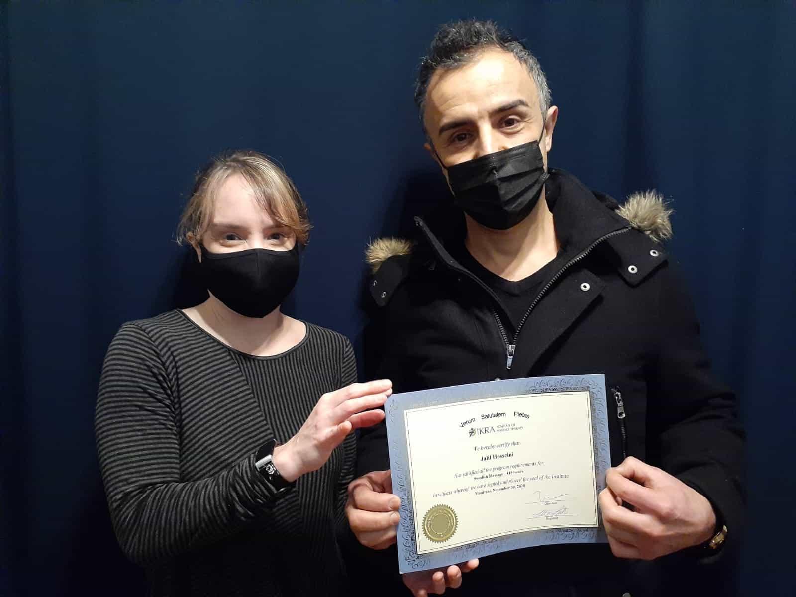 Khalil Hosseini reçoit son diplôme de l'académie de massothérapie IKRA.