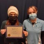 Saira Trujillo reçoit son diplôme de l'académie de massothérapie IKRA.