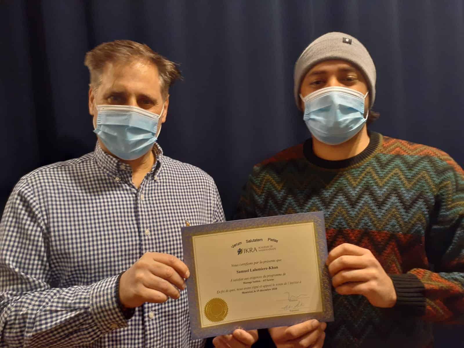 Samuel La lumière Khan reçoit son diplôme de l'académie de massothérapie IKRA.