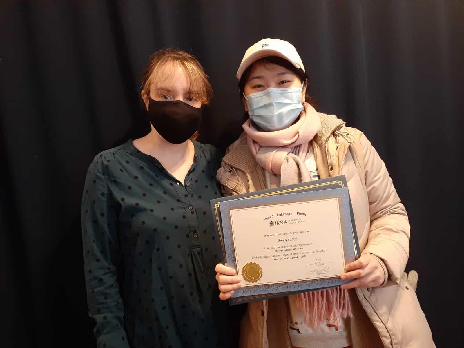 Bingquing Shi reçoit son diplôme de l'académie de massothérapie IKRA.