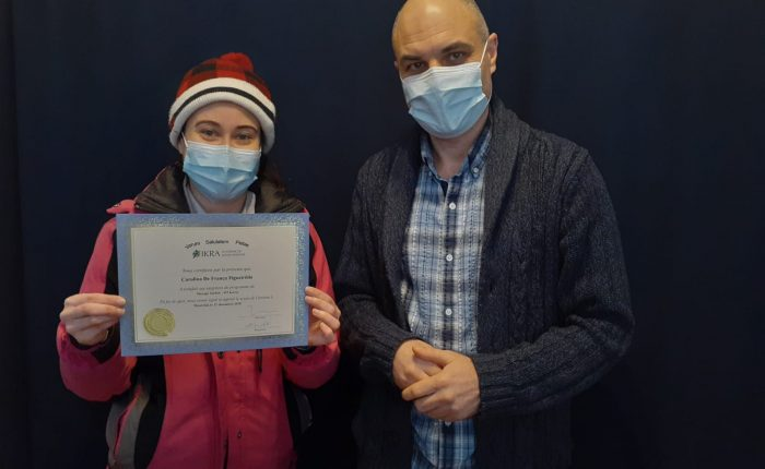 Carolina de França reçoit son diplôme de l'académie de massothérapie IKRA.