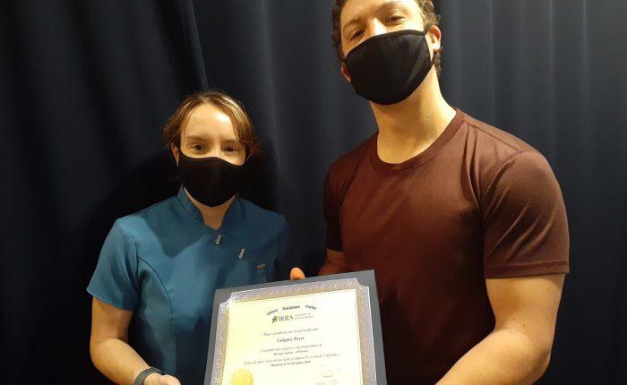 Grégory Payet reçoit son diplôme de l'académie de massothérapie IKRA.