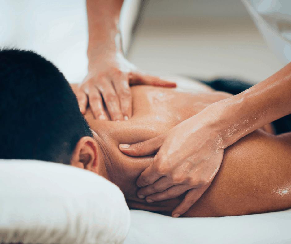 Un homme reçoit un massage