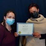Ernestina Johanna Eyinga reçoit son diplôme de l'Académie de massothérapie IKRA.