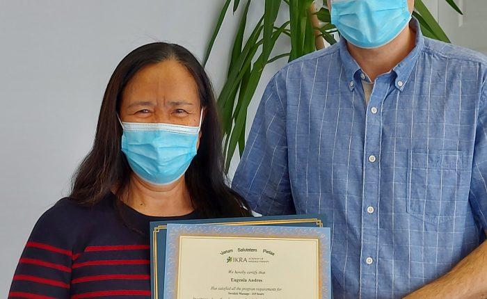 Eugenia Andres reçoit son diplôme de l'Académie de massothérapie IKRA.