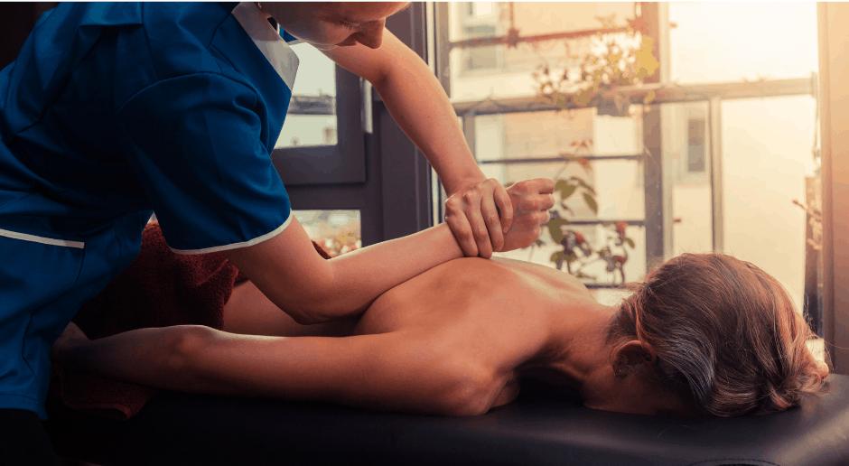 Une jeune femme reçoit un massage
