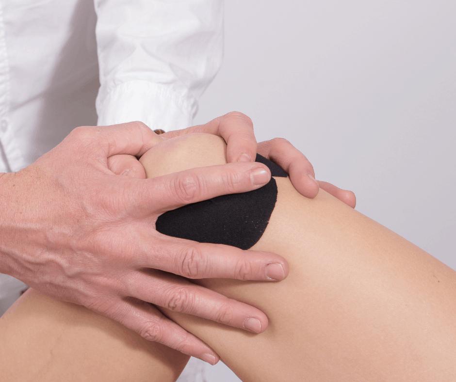 Un massothérapeute donne un massage sportif