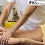 Un massothérapeute donne un massage suédois.