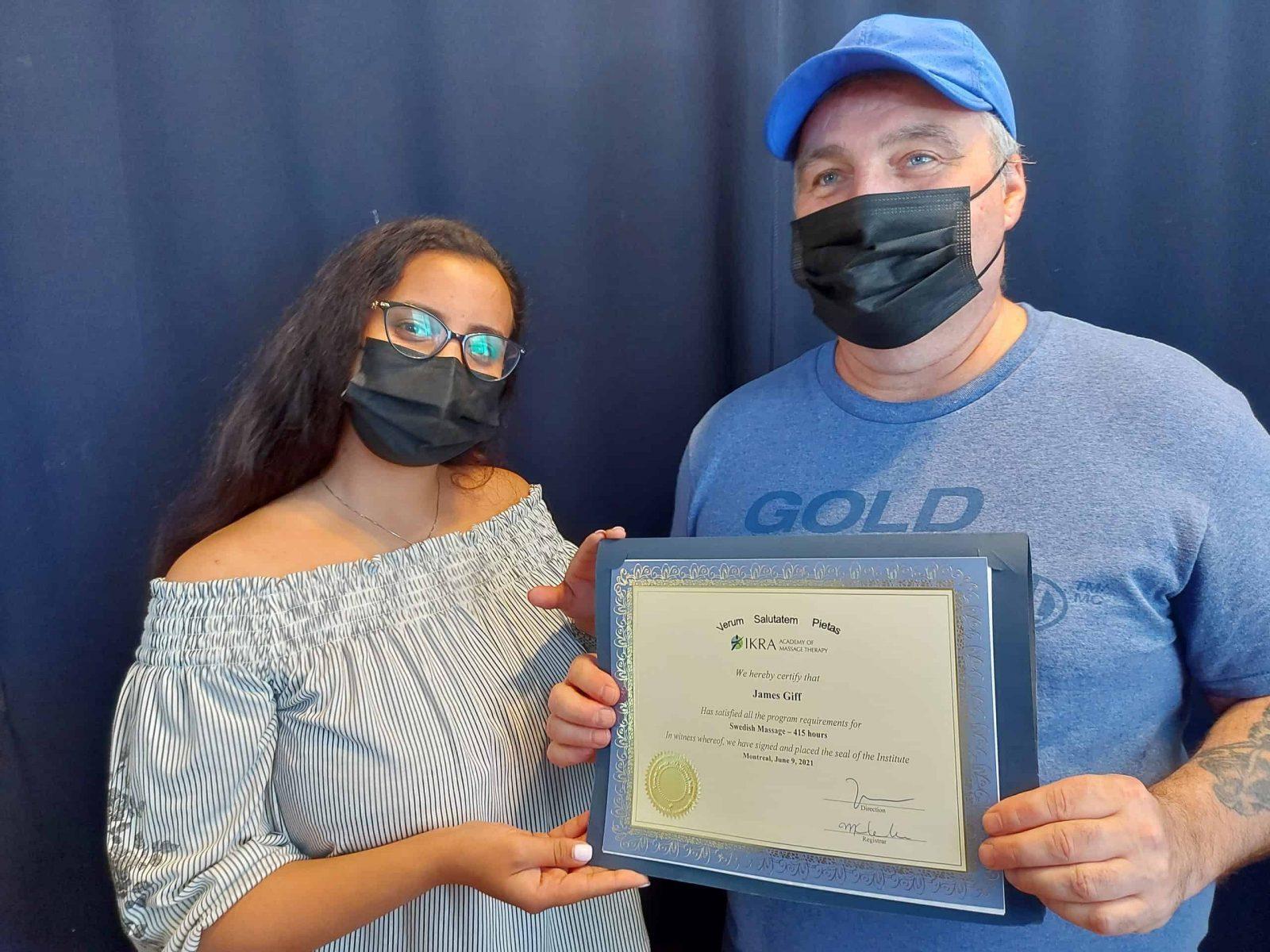 James Giff reçoit son diplôme de l'Académie de massothérapie IKRA.