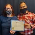 Jennifer Ouellette reçoit son diplôme de l'Académie de massothérapie IKRA.