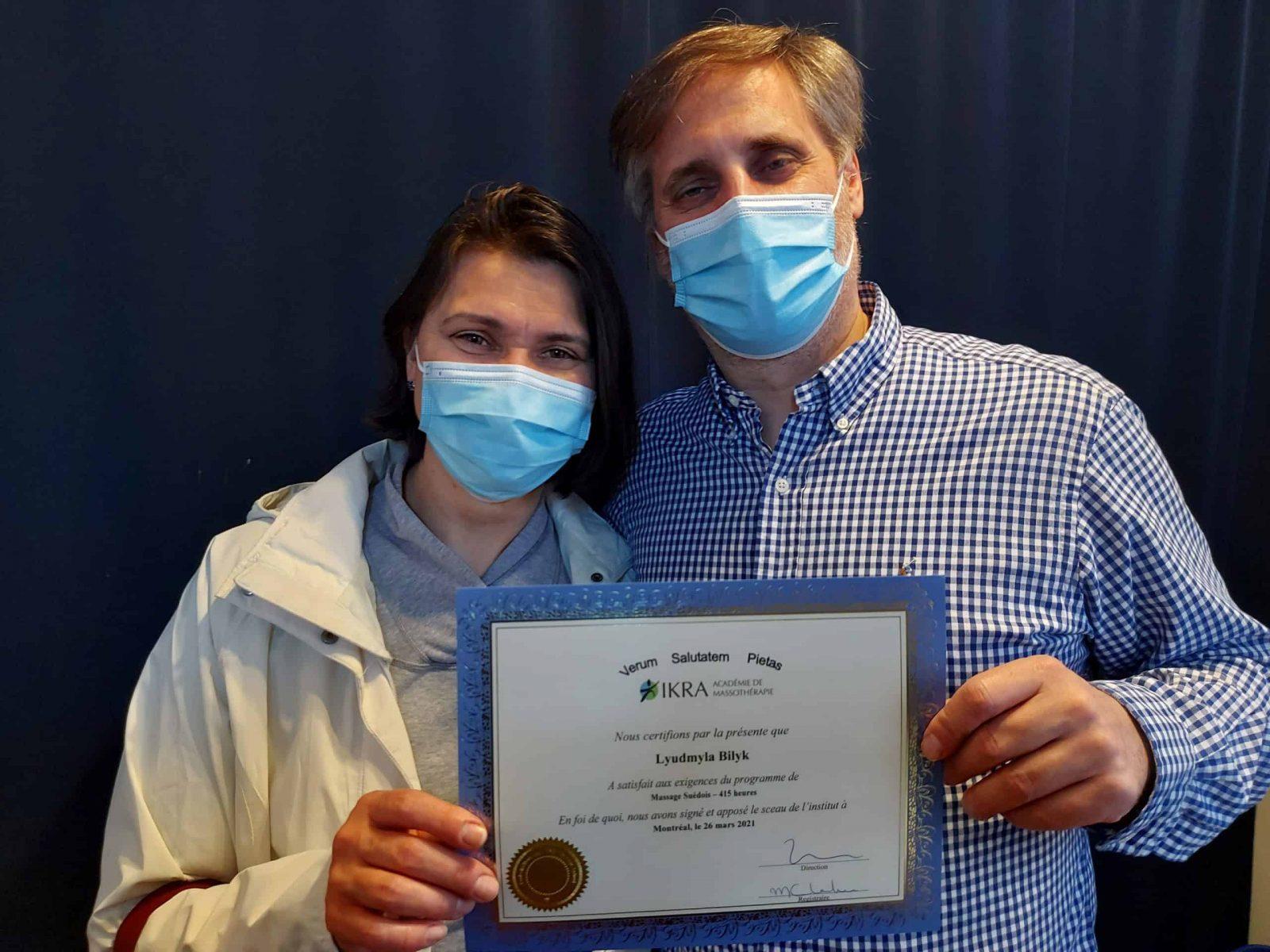 Lyudmyla Bilyk reçoit son diplôme de l'Académie de massothérapie IKRA