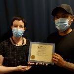 Michael Locquiao reçoit son diplôme de l'Académie de massothérapie IKRA