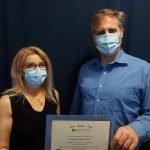 Rosaria DiPaolo reçoit son diplôme de l'Académie de massothérapie IKRA.