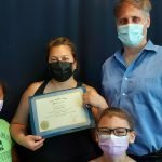Sheila McComber reçoit son diplôme de l'Académie de massothérapie IKRA.